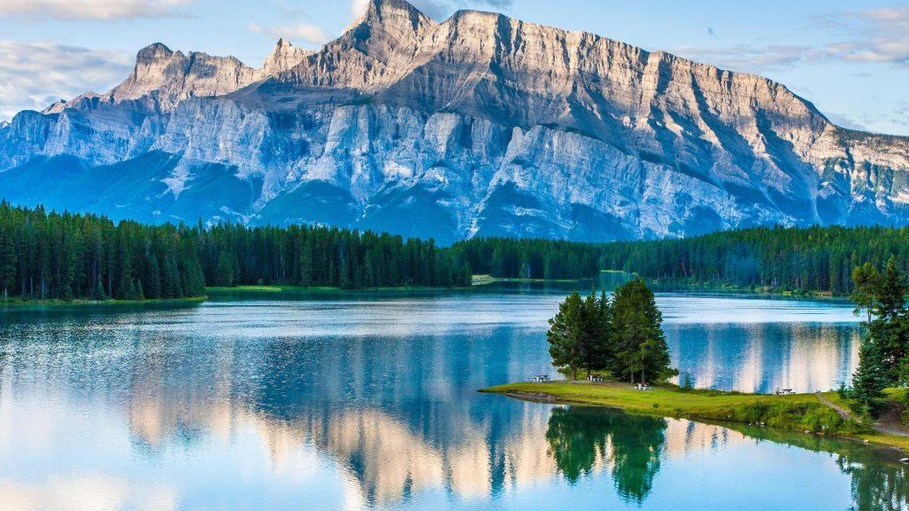 Пейзажный вид на горы и реку в окружении зеленых деревьев природа обои скачать
