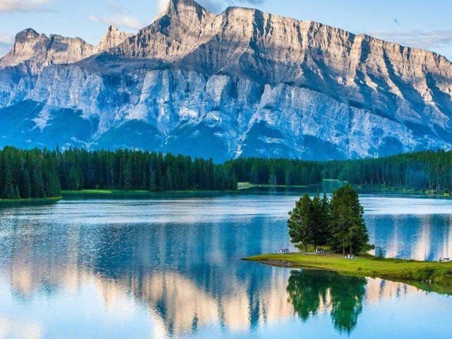 Пейзажный вид на горы и реку в окружении зеленых деревьев природа
