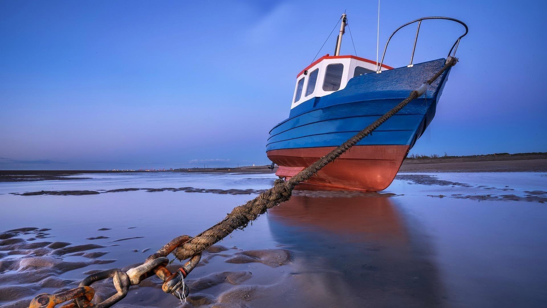 Голубое небо и рыбацкая лодка пойманная в ловушку якорем пойманная на веревке природа обои скачать