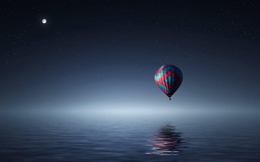 Горячий воздух воздушный шар над море. обои скачать
