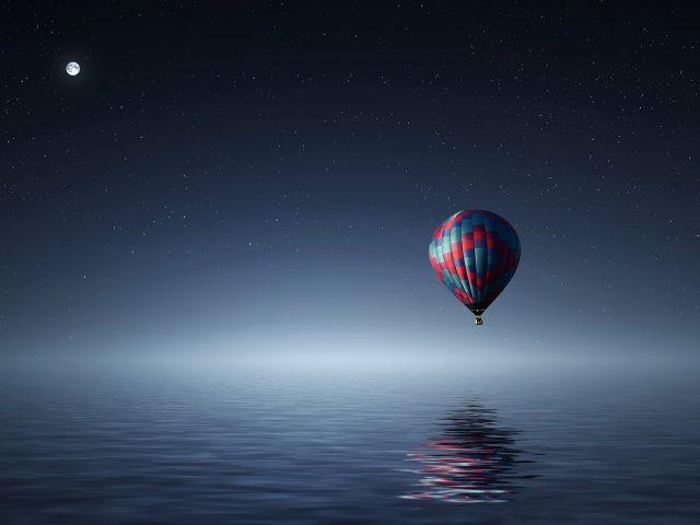 Горячий воздух воздушный шар над море.
