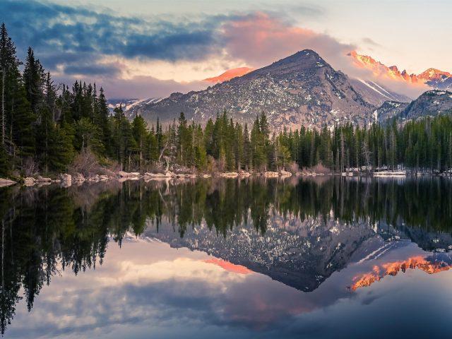 Медвежье озеро отражение в природе национального парка скалистые горы