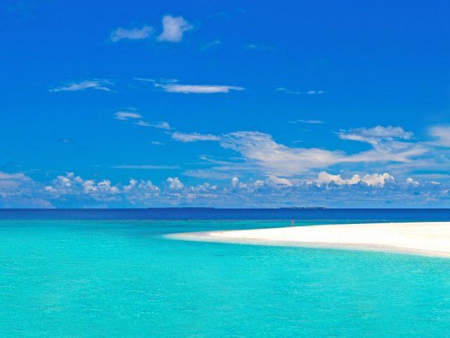Аэрофотоснимок морского берега в дневное время под голубым небом природа
