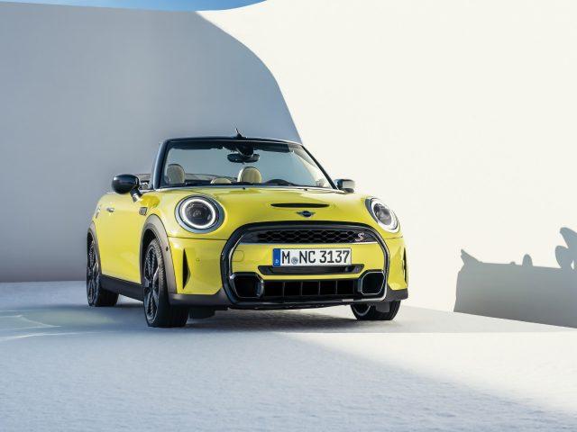 Желтый mini cooper s cabrio 2021 автомобили