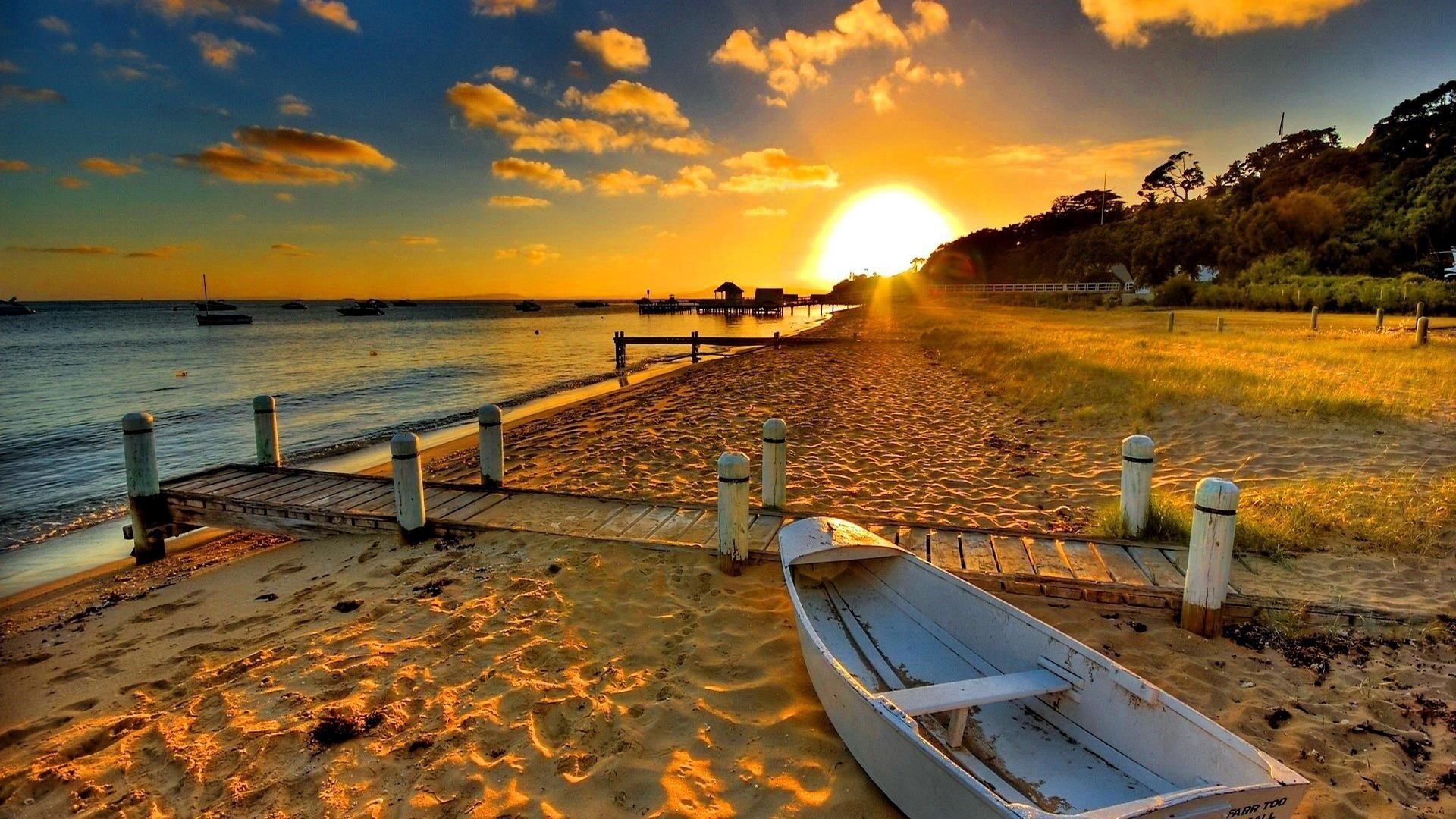 Белая лодка на берегу моря во время заката природа обои скачать