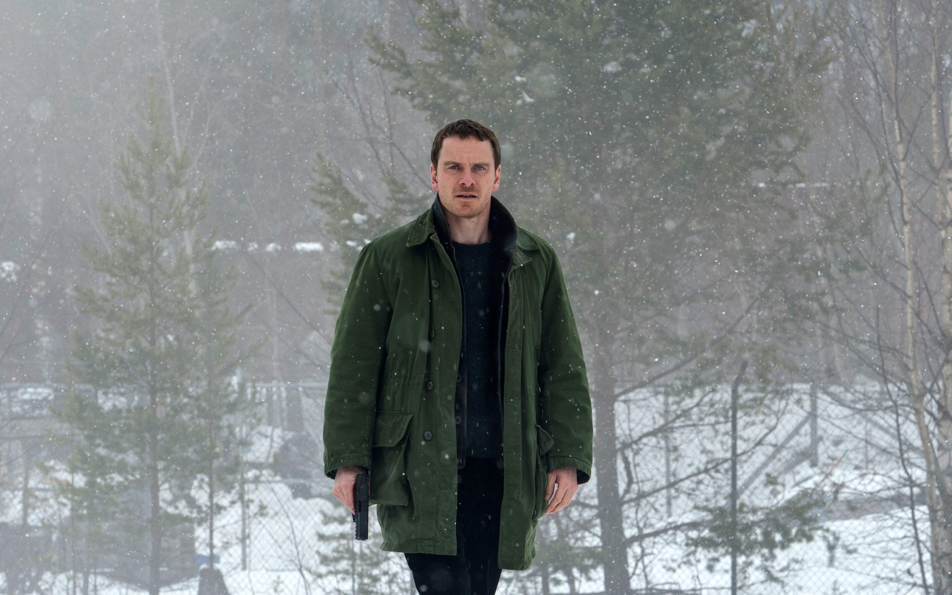 Майкл Фассбендер в снеговика обои скачать