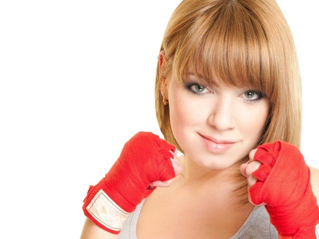 Блондинка с короткими волосами бокс девушка на белом фоне бокс