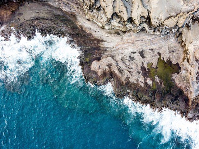 Вид с высоты птичьего полета на скалы морское побережье волны природа