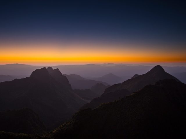 Горизонте горы закат.