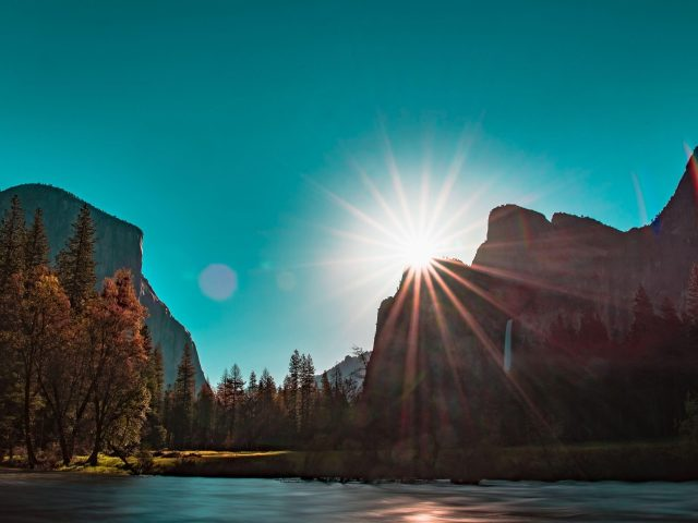 Солнечный луч горы с деревьями вокруг природа
