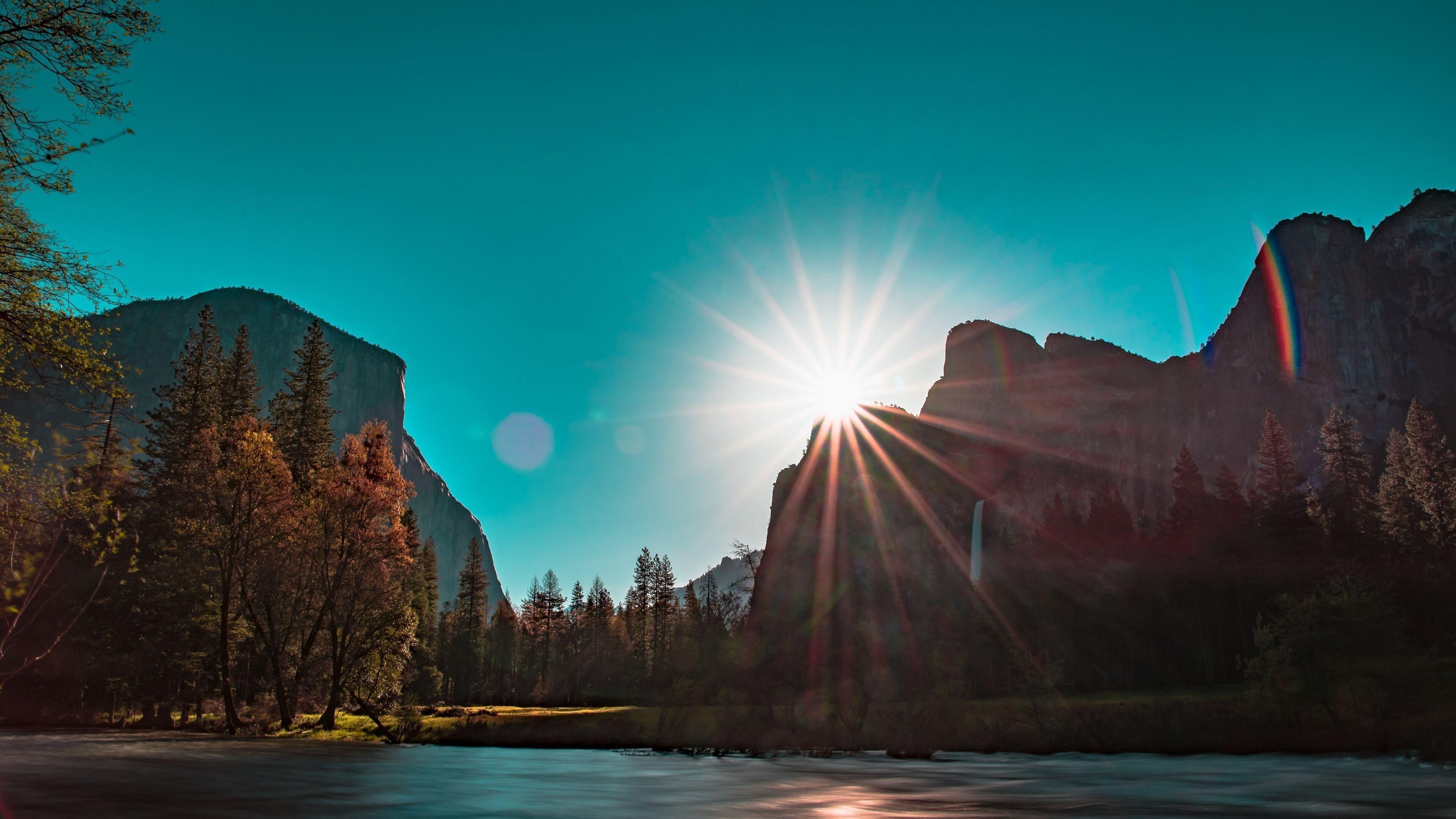 Солнечный луч горы с деревьями вокруг природа обои скачать