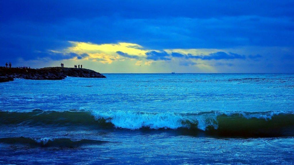 Морской прибой под голубым облачным небом и пейзажный вид скал с людьми природа обои скачать