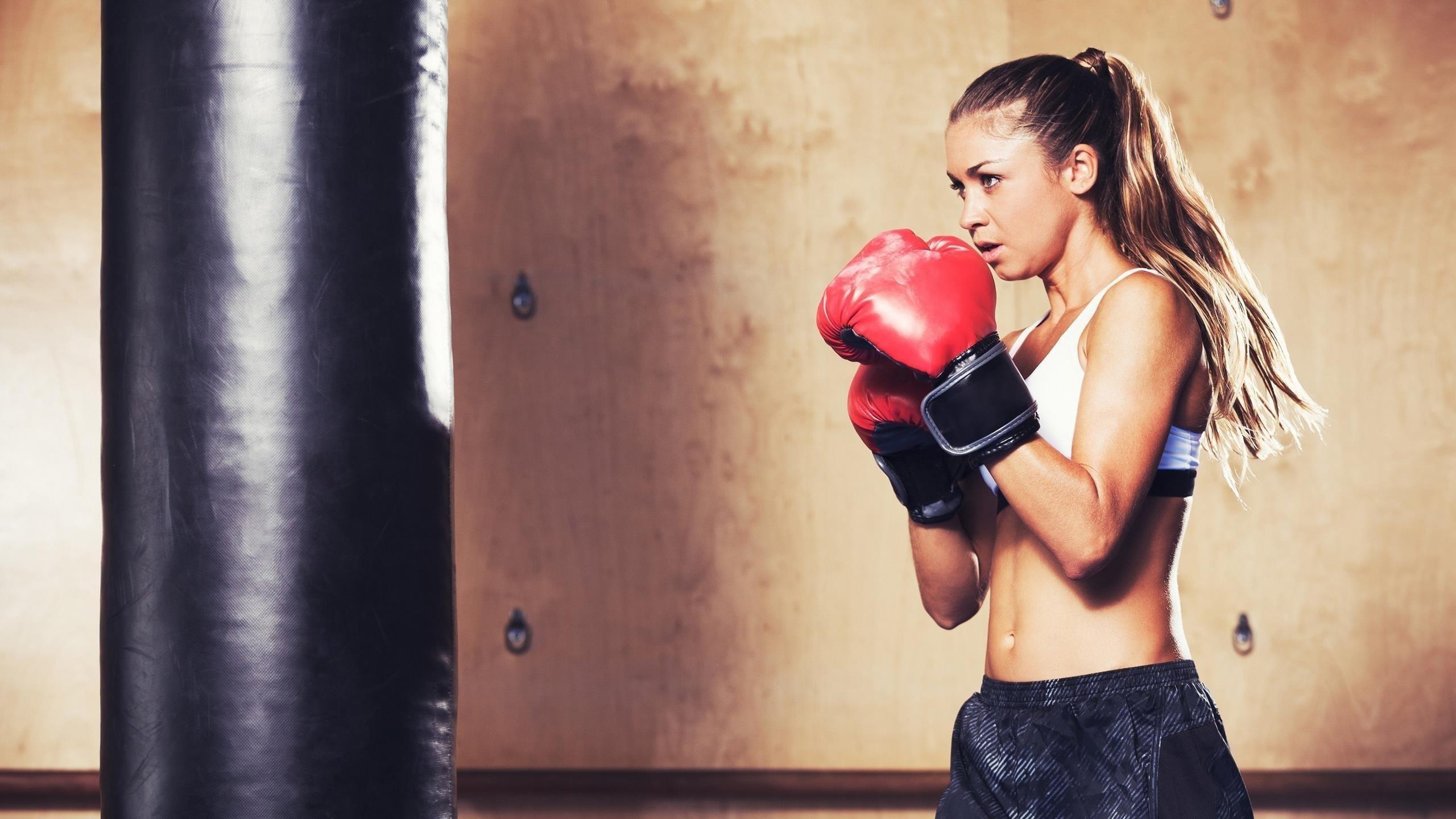Девушка с конским хвостом в белом черном платье и красных боксерских перчатках бокс обои скачать