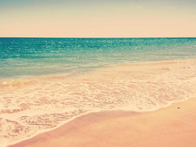 Чистый зеленый океан под белым небом в дневное время природа