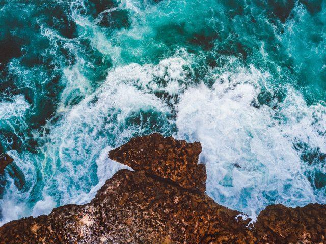 Океан, скалы, вид дронов