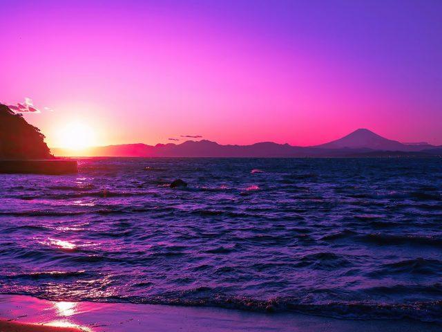 Красивый вечер пурпурный закат на водоеме природа