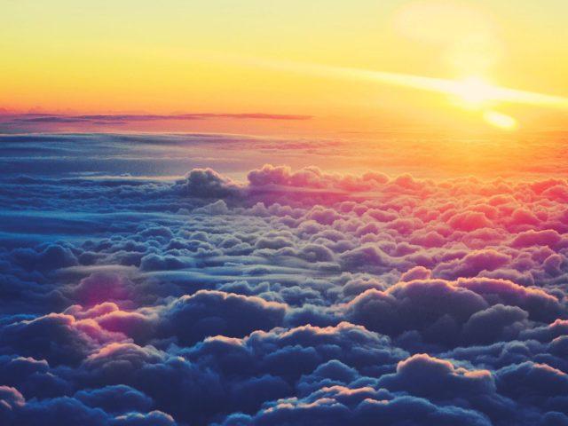 Небо облака вид сверху с солнечными лучами природа