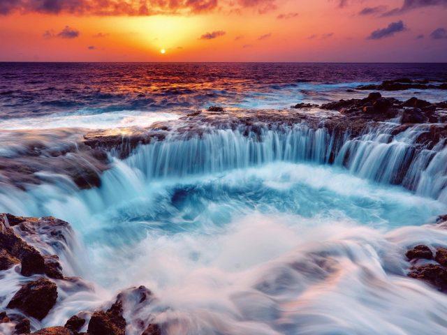 Красивый вид на океан во время заката под желто черным облачным небом природа