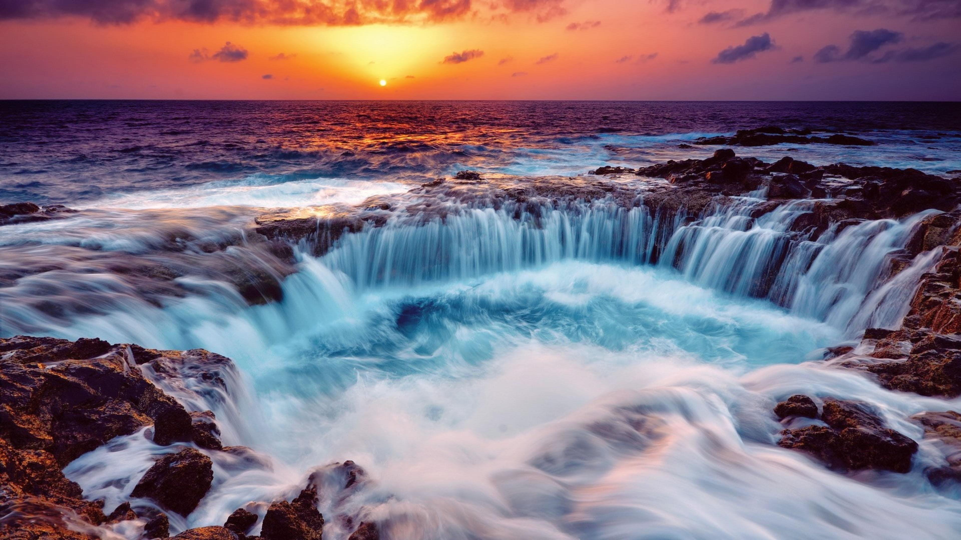 Красивый вид на океан во время заката под желто черным облачным небом природа обои скачать