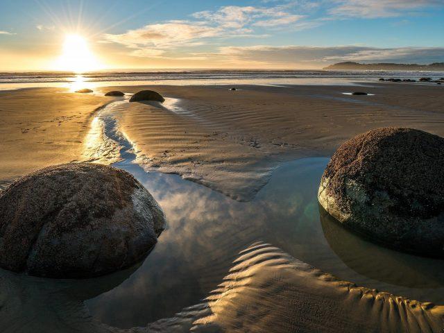 Две скалы между берегом под закатом солнца