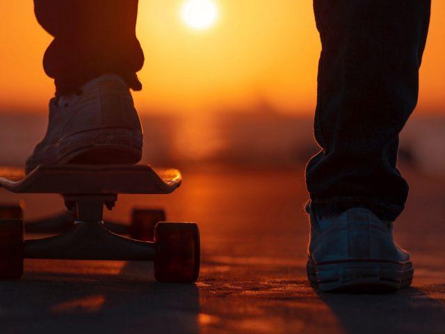 Ноги скейтборда закатный свет