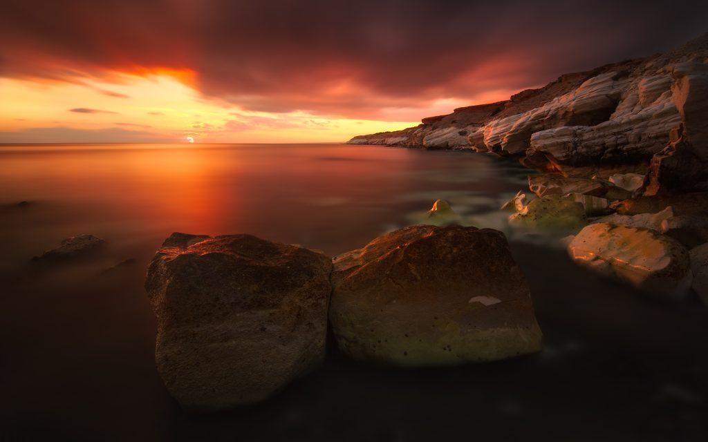 Скалистое побережье на закате. обои скачать
