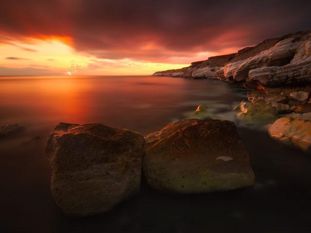 Скалистое побережье на закате.