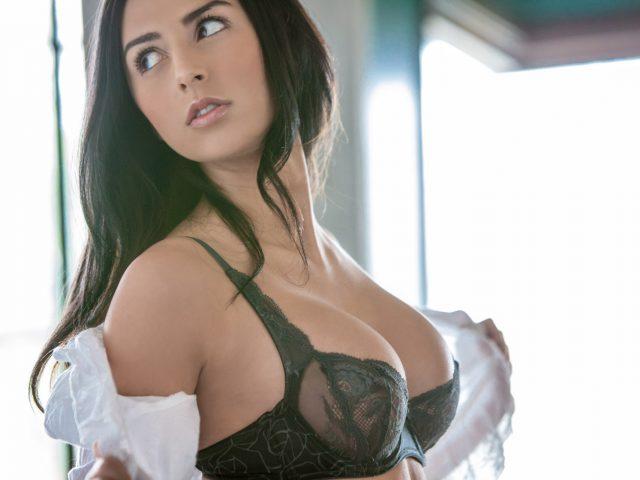 Courtney Nikole,  взгляд