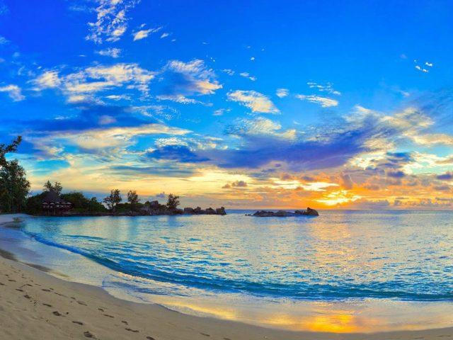 Спокойный водоем во время заката солнца под голубым небом природа