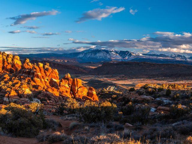 Прекрасный вид на горы под облачным голубым небом природа