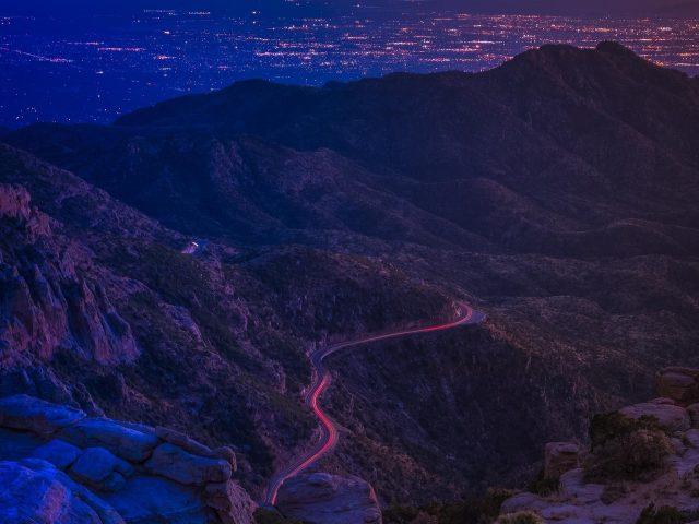 Темная покрытая Гора между молниями дорога природа