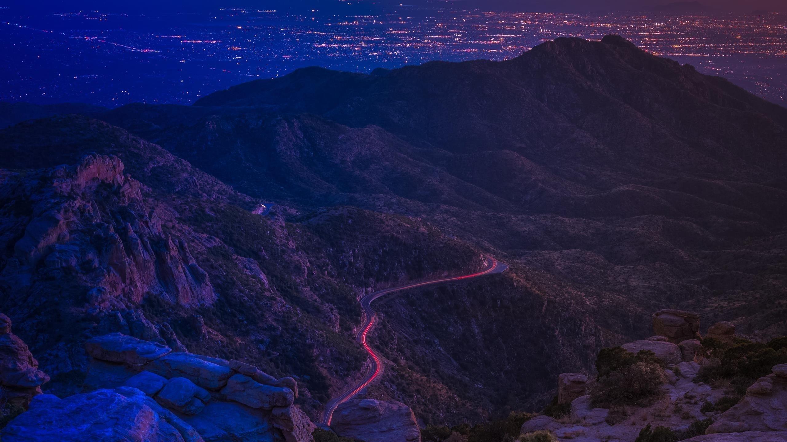 Темная покрытая Гора между молниями дорога природа обои скачать