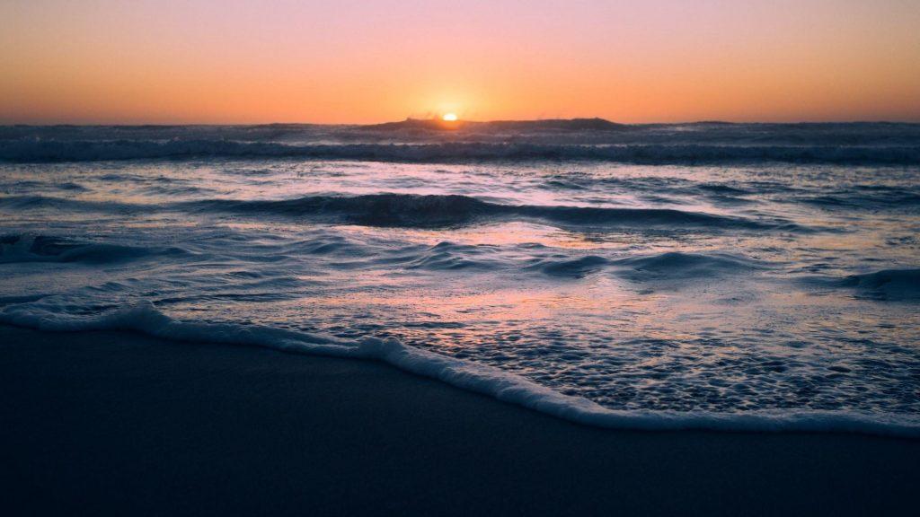 Океанские волны закат пляж розовое желтое небо природа обои скачать