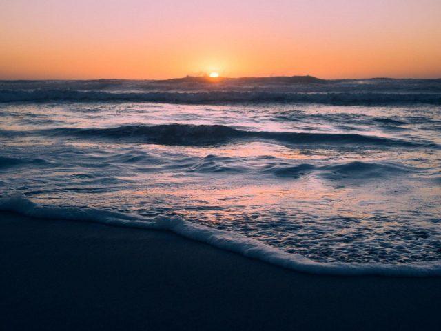 Океанские волны закат пляж розовое желтое небо природа