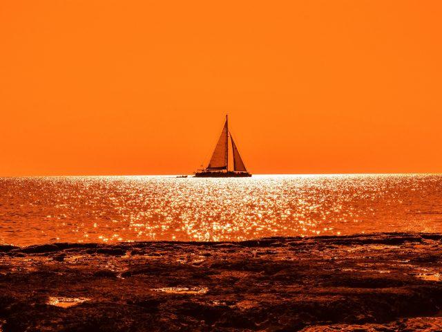 Закат лодка парус
