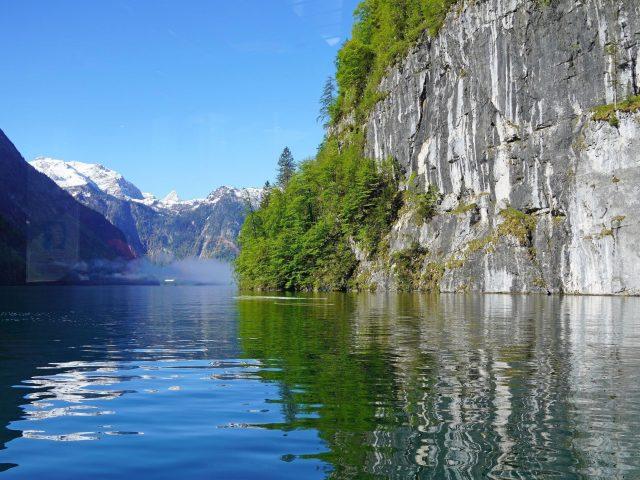 Белые скалы горы деревья отражение на фоне реки голубое небо природа