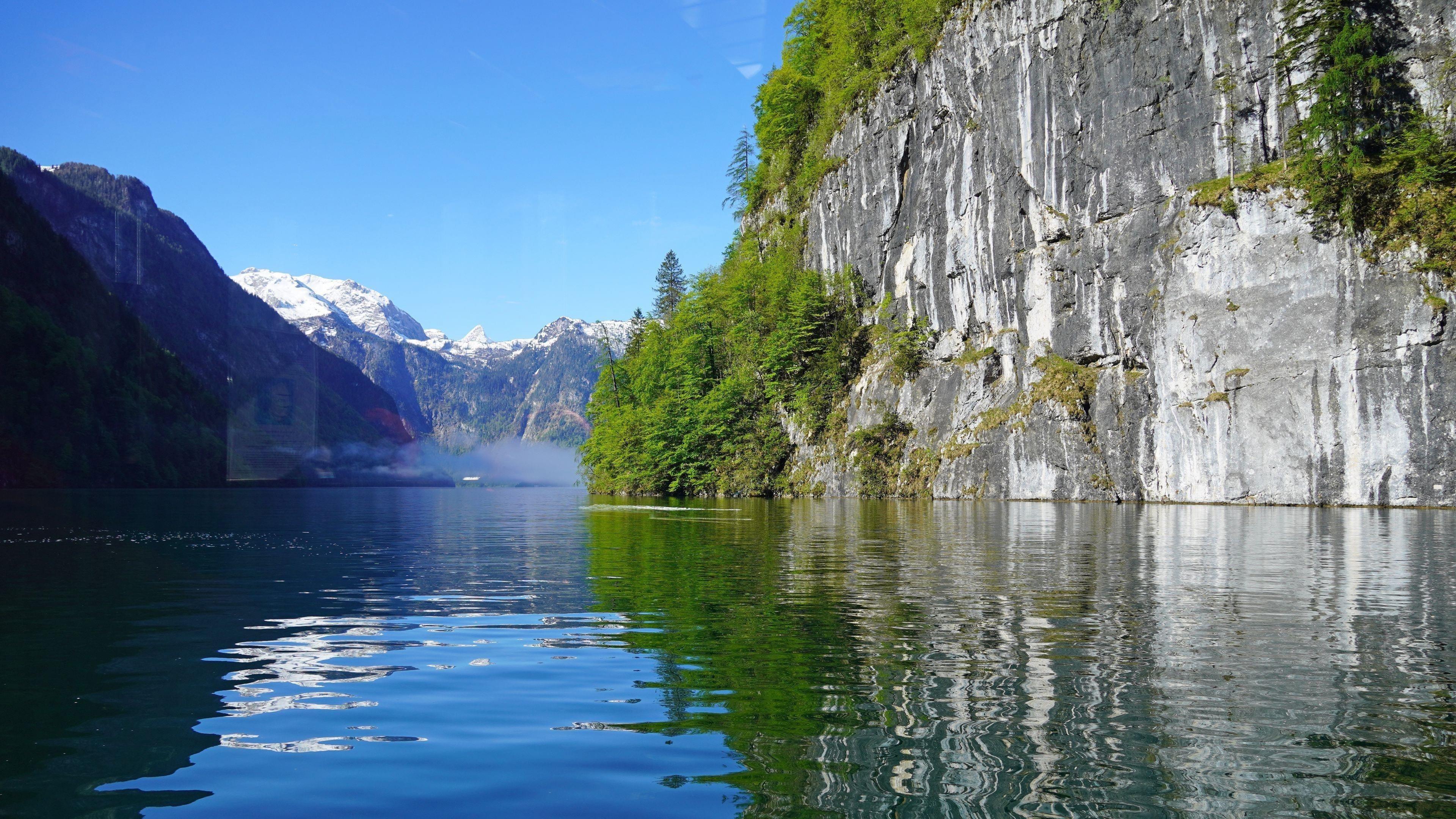 Белые скалы горы деревья отражение на фоне реки голубое небо природа обои скачать