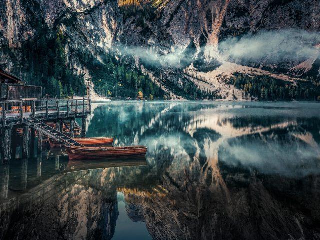 Озеро Брайес панорамный вид Доломитовые Альпы Италия