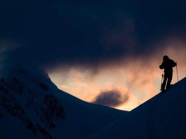 Аляска катание на лыжах.