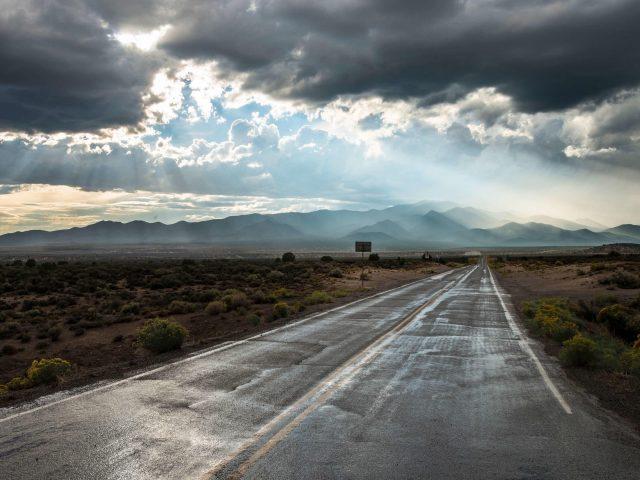 Пустая дорога облака горы