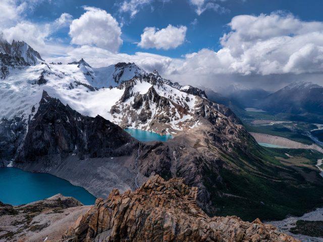 Заснеженная Аргентина горы под облачным голубым небом природа