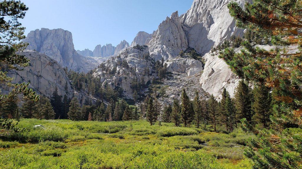 Белые горы долина деревья под голубым небом природа обои скачать