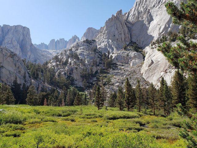 Белые горы долина деревья под голубым небом природа