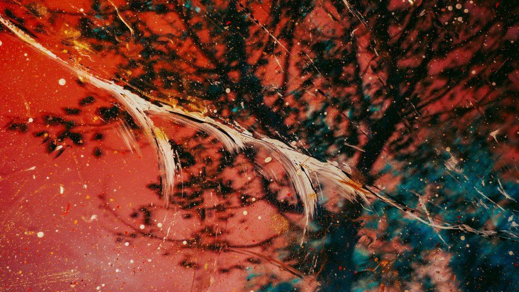 Красная черная краска стеклянные пятна абстрактные обои скачать