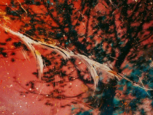 Красная черная краска стеклянные пятна абстрактные
