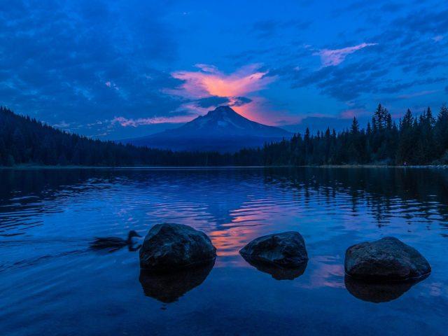 Государственный парк Силвер Фоллс отражение заката в озере