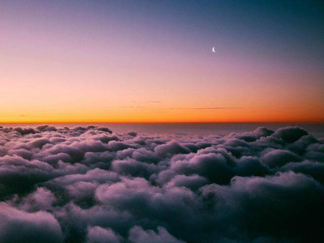 Закатный горизонт над облаками