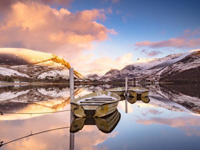 Отражение озерных лодок