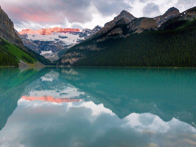 Озеро скалы горы камни снежные