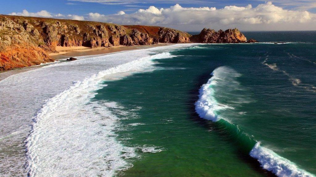 Красивые океанские волны под сине-белым облачным небом природа обои скачать